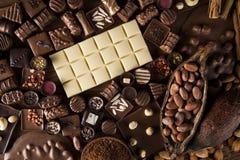 Praline czekolada na drewnianym backgroud obrazy stock