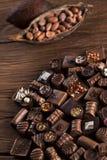 Praline czekolada na drewnianym backgroud obraz royalty free