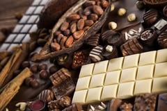 Praline czekolada na drewnianym backgroud zdjęcia royalty free