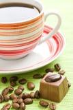 Praline de chocolat et cuvette de café Photos libres de droits