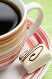 Praline de chocolat et cuvette de café Photo libre de droits