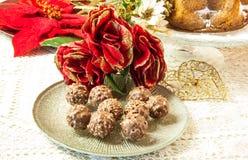 Praline del cioccolato con le nocciole e le mandorle Fotografia Stock Libera da Diritti