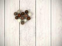 Praline Easter eggs el corazón en el piso de madera blanco - visión superior Fotografía de archivo libre de regalías
