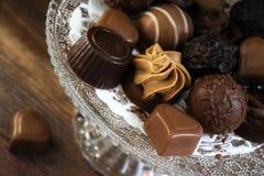 Praline fini del nougat e del cioccolato, in tondo e forma del cuore come f Fotografie Stock