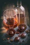 Praline foncée de chocolat avec du vin Photographie stock libre de droits