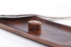 Praline sur un conseil en bois images libres de droits