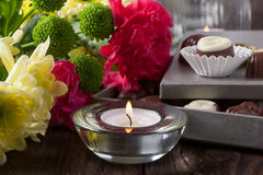 Praline und Blumen Lizenzfreie Stockfotos