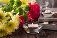 Praline und Blumen Stockfoto
