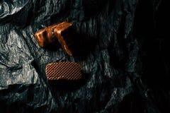Pralinen auf einem schwarzen Hintergrund stockfoto