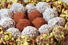Pralines assorties de chocolat Photographie stock libre de droits