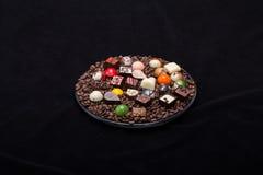Pralines de chocolat et grains de café Photographie stock libre de droits