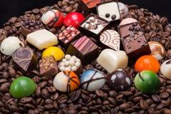 Pralines de chocolat et grains de café Photo stock