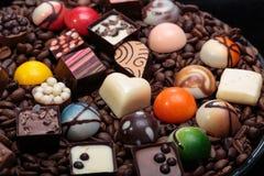 Pralines de chocolat et grains de café Images libres de droits