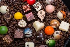 Pralines de chocolat et grains de café Images stock