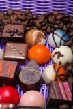 Pralines de chocolat et grains de café dans le panier de lavande Photo libre de droits
