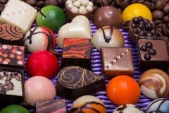 Pralines de chocolat et grains de café dans le panier de lavande Images libres de droits