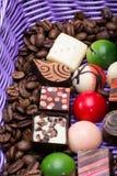 Pralines de chocolat et grains de café dans le panier de lavande Photos stock