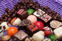 Pralines de chocolat et grains de café dans le panier de lavande Photos libres de droits