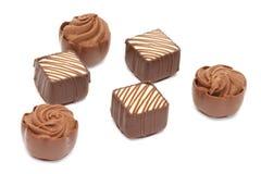 Pralines de chocolat sur le fond blanc photos stock