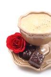 Pralines et cuvette de café Photographie stock