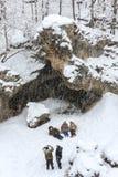 Pralle Greisinnen, die im Schnee sich wälzen, Spaß machen, Fotos machen und während der Schneefälle im Winterwald lachen Lizenzfreies Stockbild