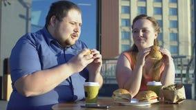 Praller Mann und Frau, die draußen Burger und Fischrogen, Kollegen zu Mittag essen isst stock video footage
