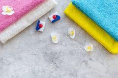 Pralnia Bary suchy detergentowy pobliski czysty ręcznik na popielatym kamiennym tło odgórnego widoku copyspace zdjęcie stock