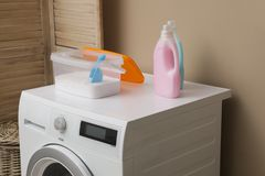 Pralniani detergenty na pralce obraz royalty free