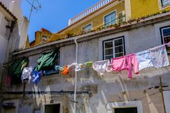 Pralniany obwieszenie Lisbon, Portugalia - Alfama okręg - zdjęcie stock