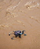 Pram barnvagn i lerigt vatten. Arkivfoto