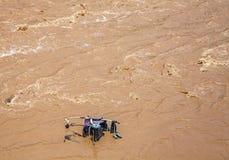 Pram, Kinderwagen im schlammigen Wasser. Lizenzfreies Stockfoto