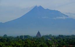 Prambanan und Merapi lizenzfreie stockfotos