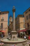 Pramen med tornet, folk, shoppar och springbrunnen i Aix-en-provence Arkivfoto