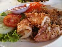 Prameuk托德kratiam,乌贼油煎了用大蒜,泰国食物,泰国 库存照片