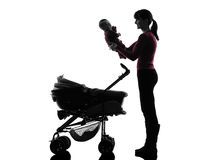 Prams женщины держа силуэт младенца Стоковое Фото