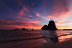 在Pranang海滩的日落。Railay,甲米府泰国 免版税库存图片