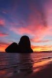 在Pranang海滩的日落。Railay,甲米府泰国 图库摄影