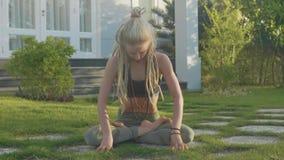 Pranayama瑜伽由一个少妇的呼吸锻炼在她的房子后院  股票视频