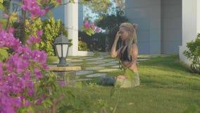 Pranayama瑜伽由一个少妇的呼吸锻炼在她的房子后院  股票录像