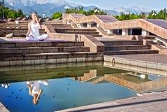 Pranayama urbano di suddhi di nadi di yoga Fotografia Stock Libera da Diritti