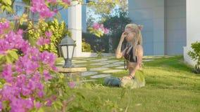Pranayama-Yoga-Atemübung durch eine junge Frau im Hinterhof ihres Hauses lizenzfreie stockbilder