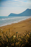 Pranburi海滩和山 免版税库存照片