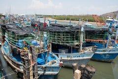 Pranburi, Thailand am 7. Mai 2016: Fischerboote in einem Hafen an P Stockbilder
