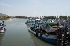 Pranburi, Thailand am 7. Mai 2016: Fischerboote in einem Hafen an P Lizenzfreie Stockbilder