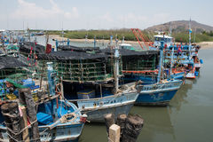 Pranburi, Thailand am 7. Mai 2016: Fischerboote in einem Hafen an P Lizenzfreie Stockfotografie