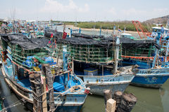Pranburi, Thailand 7 MEI, 2016: Vissersboten in een Haven bij P Stock Afbeeldingen