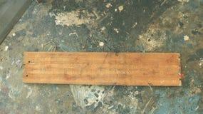 Prancha da madeira no assoalho concreto sujo com pintura fotos de stock