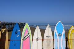 Prancha da praia e céu azul foto de stock royalty free