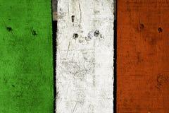 A prancha de madeira com cor italiana da bandeira pintou o fundo Imagem de Stock