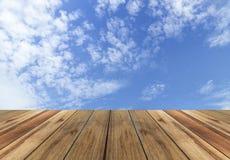 Prancha de madeira com fundo do céu Fotografia de Stock Royalty Free